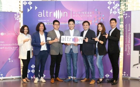 ภาพหมู่ของผู้บริหาร Altron Thailand ถ่ายหน้า Backdrop ของงาน