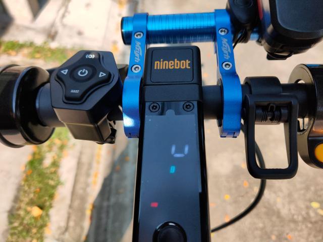 หน้าจอแผงควบคุมของสกู๊ตเตอร์ไฟฟ้า Ninebot Kickscooter MAX ที่มีการติดตั้ง Handle bar สีน้ำเงินเมทัลลิก