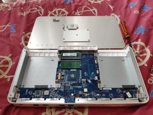 ภาพภายในของ QNAP HS-453DX ซึ่งเราต้องเปิดฝาด้านบนตัวเครื่องออก จึงใส่ SSD M.2 ได้