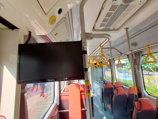 จอทีวี LCD ยี่ห้อ Acronatic ที่ถูกปิดอยู่ แขวนอยู่ตรงราวหน้าประตูรถเมล์
