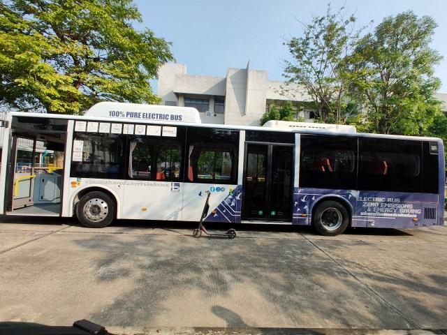รถเมล์ไฟฟ้า BYD K9 Loxley มีรถสกู๊ตเตอร์ไฟฟ้า Ninebot Kickscooter MAX จอดอยู่เทียบข้าง