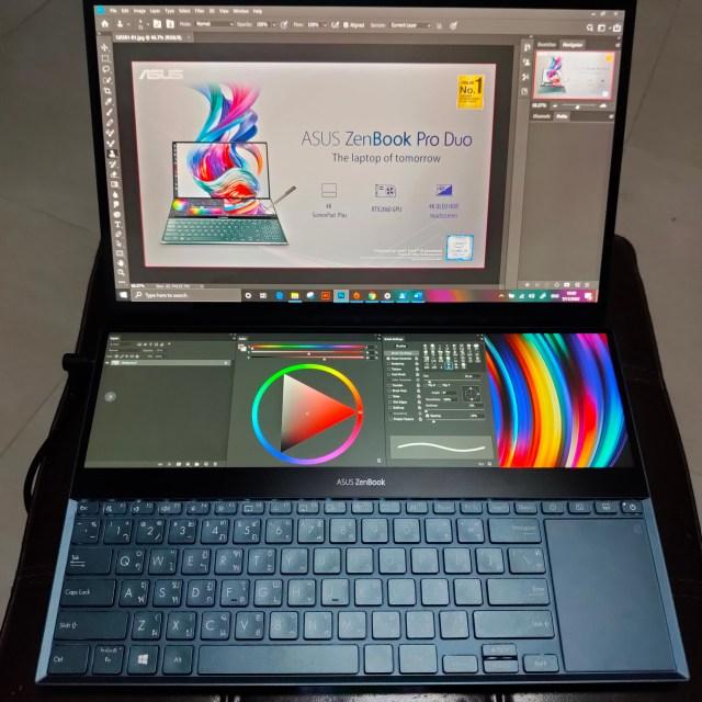 โน้ตบุ๊ก ASUS ZenBook Pro Duo UX581 เปิดโปรแกรม Adobe Photoshop ที่แสดงภาพที่จะตัดต่อบนหน้าจอหลัก และพวกถาดเครื่องมือบน ScreenPad+