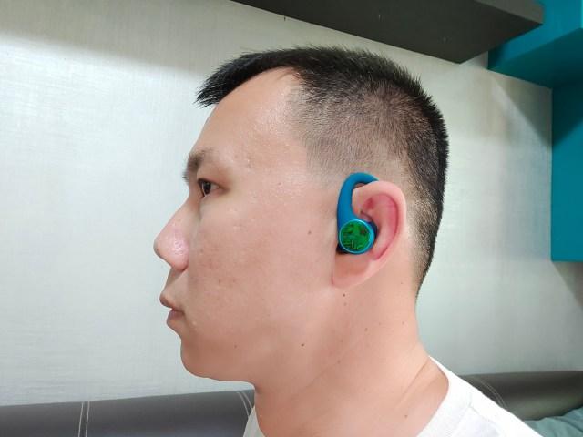 ภาพของผมที่กำลังใส่หูฟัง Plantronics BackBeat FIT 3200 อยู่ กำลังหันด้านข้างให้