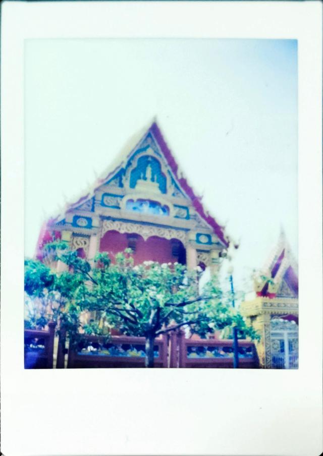 ตัวอย่างภาพถ่ายด้วยกล้อง Escura Instant 60s เป็นภาพของโบสถ์ของวัดไทย
