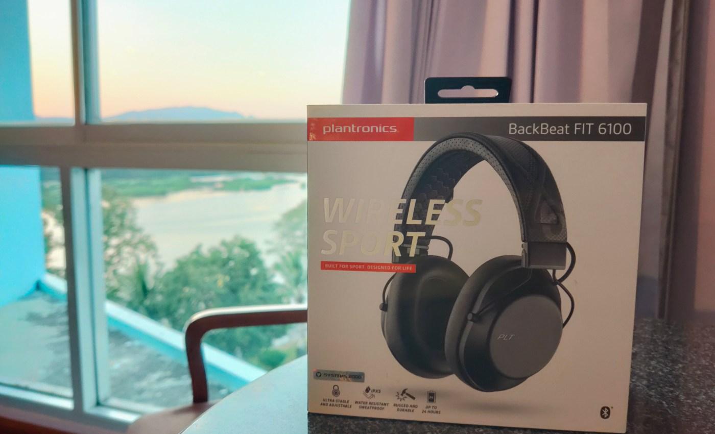 กล่องหูฟัง Plantronics BackBeta FIT 6100 วางอยู่บนโต๊ะ ด้านหน้าของหน้าต่างห้อง
