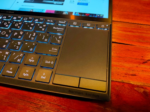 TouchPad ของ ASUS ZenBook Duo ที่อยู่ด้านข้างของคีย์บอร์ด
