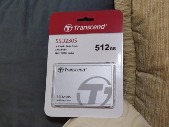 ภาพของ SSD ยี่ห้อ Transcend รุ่น SSD230S อยู่ในแพ็กเกจ