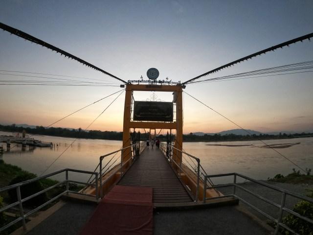 ภาพของสะพานสมโภชน์กรุงรัตนโกสินทร์ 200 ปี จังหวัดตาก ในยามเย็น