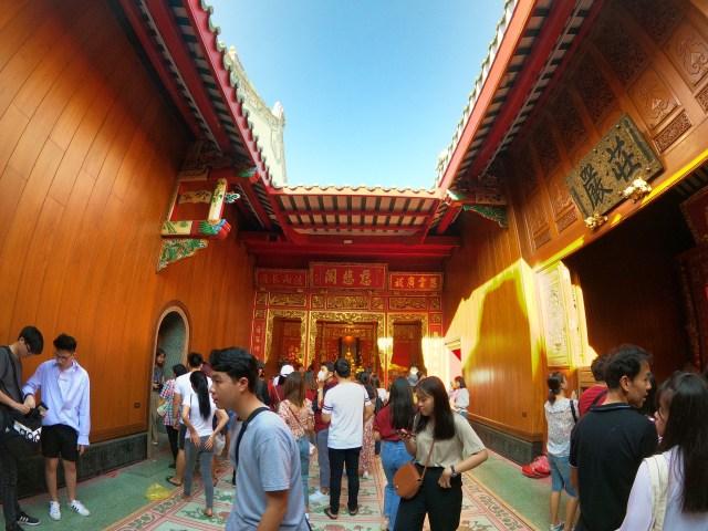 ภาพด้านในมุมหนึ่งของวัดมังกรกมลาวาส เยาราช กรุงเทพมหานคร ผู้คนมากันมากมายเพื่อทำบุญปีใหม่