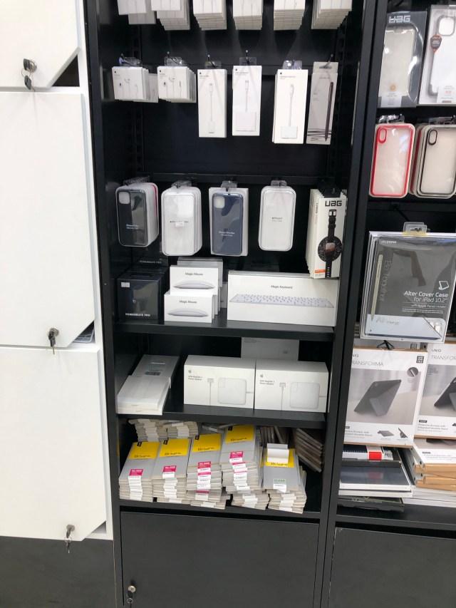 ภาพของชั้นวางอุปกรณ์เสริมของพวก Apple iPhone