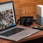 เครื่อง MacBook, กล้องดิจิทัล, สมาร์ทโฟน และ WD My Cloud Home กำลังวางอยู่บนโต๊ะไม้สีน้ำตาล