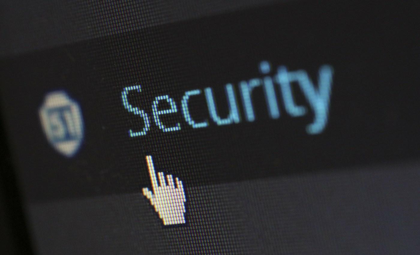 ภาพโคลสอัพของหน้าจอคอมพิวเตอร์ เคอร์เซอร์เมาส์รูปมือ กำลังจะคลิกคำว่า Security