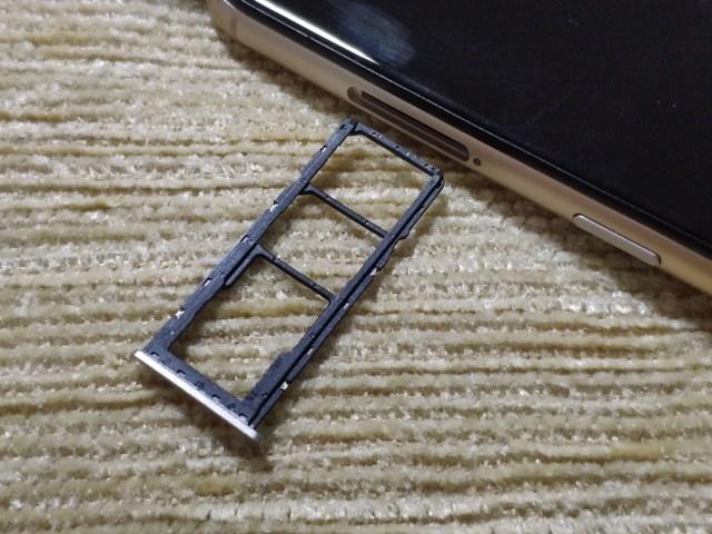 ถาดใส่ซิมการ์ด และ MicroSD card ของ Wiko View 4 Lite