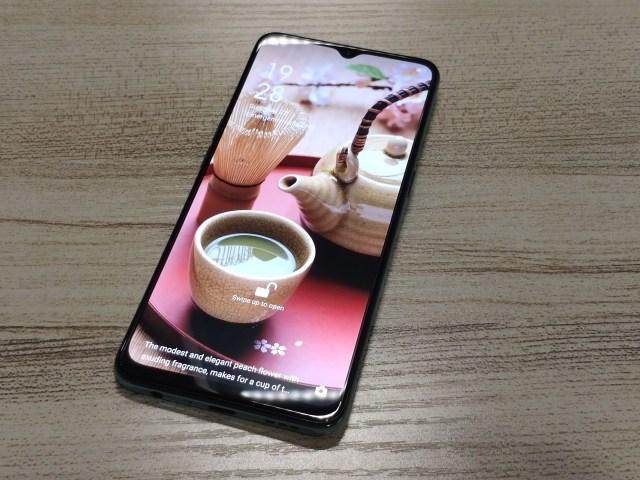 ด้านหน้าของ OPPO A91 ภาพล็อกหน้าจอคือภาพของกาน้ำชา และถ้วยน้ำชา