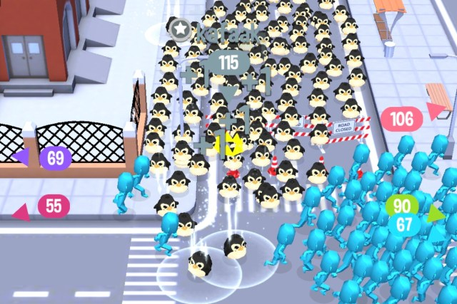 ฉากในเกม Crowd City ที่ตัวละครเพนกวิ้นกำลังวิ่งไล่ตัวละครรูปคนสีฟ้าอยู่