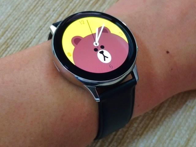 Samsung Galaxy Watch Active 2 กับหน้าปัดนาฬิกาลายหมีบราวน์ บนพื้นหลังสีเหลืองสด