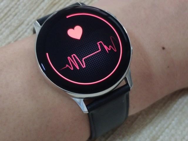 Samsung Galaxy Watch Active 2 ขณะกำลังวัดอัตราการเต้นของหัวใจ
