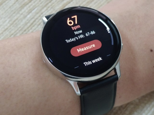 Samsung Galaxy Watch Active 2 ที่แสดงผลการวัดอัตราการเต้นของหัวใจแล้ว
