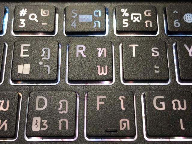 ภาพระยะใกล้ของแป้นพิมพ์ของ Genius Keyboard รุ่น Folio มีไฟ LED ใต้คีย์บอร์ด