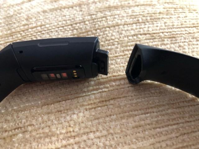 การถอดและใส่สายนาฬิกาของ Fitbit Charge 4