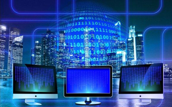 ภาพกราฟิกสื่อถึงอินเทอร์เน็ต โดยมีหน้าจอคอมพิวเตอร์ 3 จอ มีแบ็กกราวด์เป็นตึกสูงจำนวนมาก และตัวเลข 0 และ 1 ที่สื่อถึงความเป็นดิจิทัล