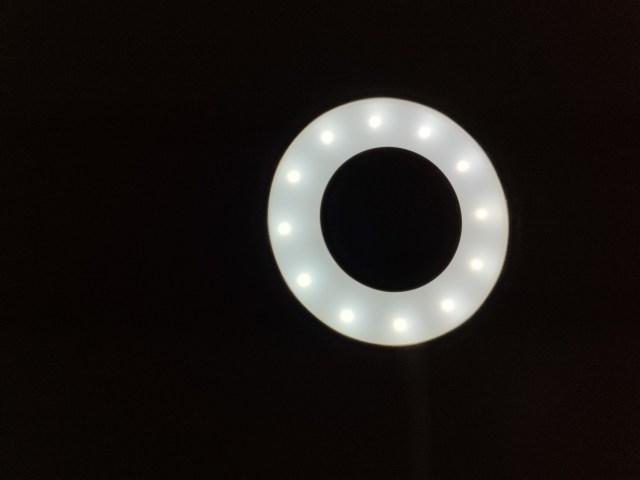โคมไฟหนีบกำลังส่องไฟสีขาว