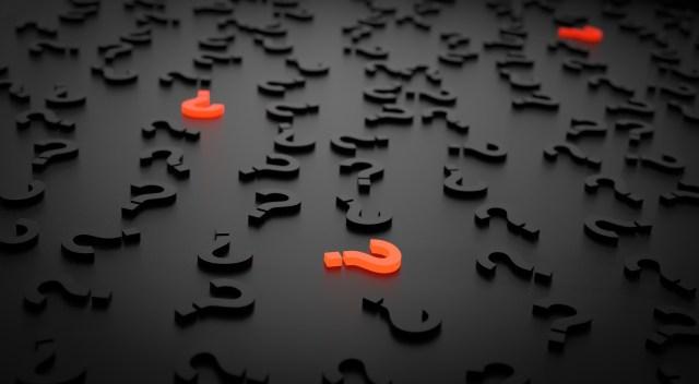 เครื่องหมายคำถามสีส้ม ท่ามกลางเครื่องหมายคำถามสีดำ บนพื้นแบ็กกราวด์สีดำ