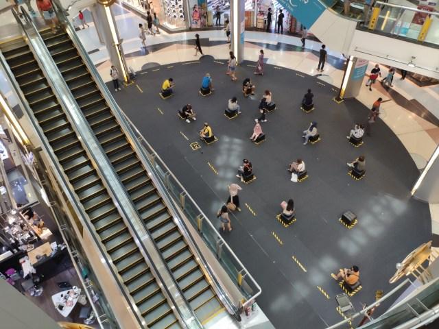 ภาพมุมสูงบริเวณลานจัดกิจกรรมภายในห้าง ที่ถูกจัดเป็นพื้นที่นั่งรอของลูกค้าแทน