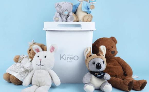 กล่องฆ่าเชื้อ Kireo ที่มีตุ๊กตาหมี ตุ๊กตากระต่าย และตุ๊กตาหมีโคอาล่า วางอยู่รอบๆ และด้านบน