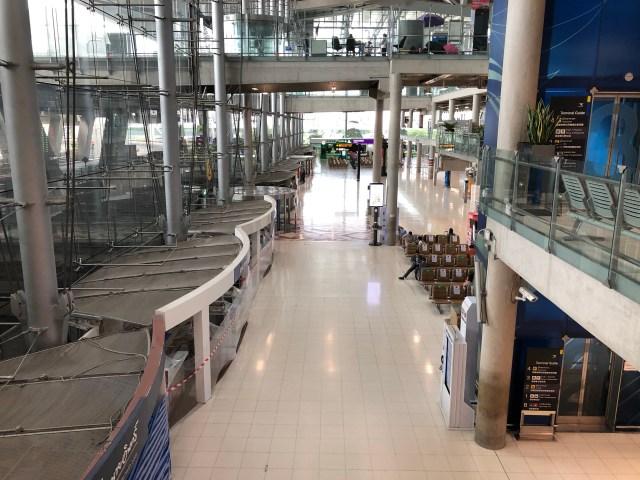 ทางเดินชั้น 2 ของสนามบินสุวรรณภูมิ ที่ร้านค้าต่างๆ ปิดอยู่ และไม่มีคนเดินเลย