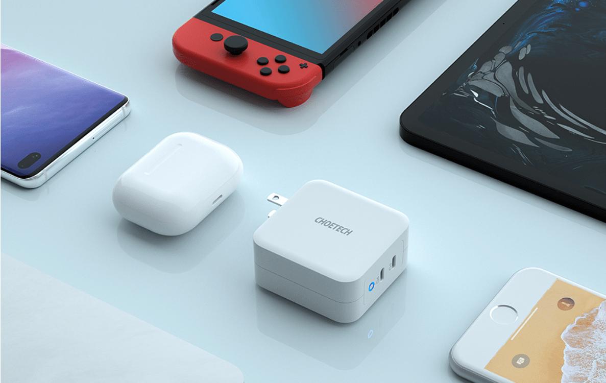Choetech PD 100W Dual USB-C Fast Charger วางอยู่ท่ามกลางอุปกรณ์ต่างๆ ทั้งโน้ตบุ๊ก สมาร์ทโฟน หูฟังไร้สาย และ Nintendo Switch