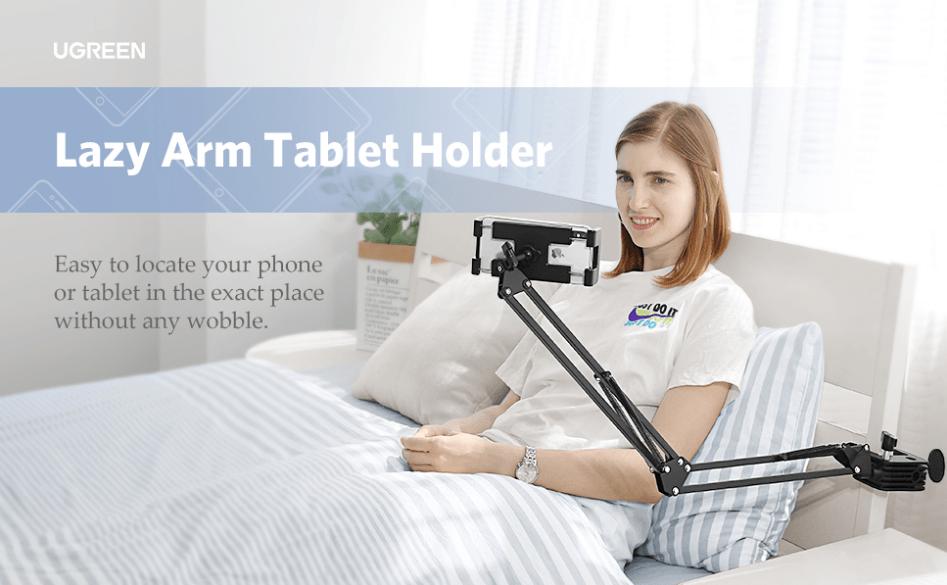 ภาพตัวอย่างการใช้ UGREEN Universal Holder with Flexible Long Arm ในการยึดกับหัวเตียง เพื่อใช้ดูเนื้อหาบนสามาร์ทโฟนโดยไม่ต้องใช้มือจับ