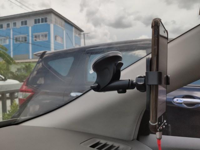 ภาพถ่ายด้านข้างซ้ายของตัวจับสมาร์ทโฟนติดรถยนต์ ตอนที่มีสมาร์ทโฟนวางอยู่