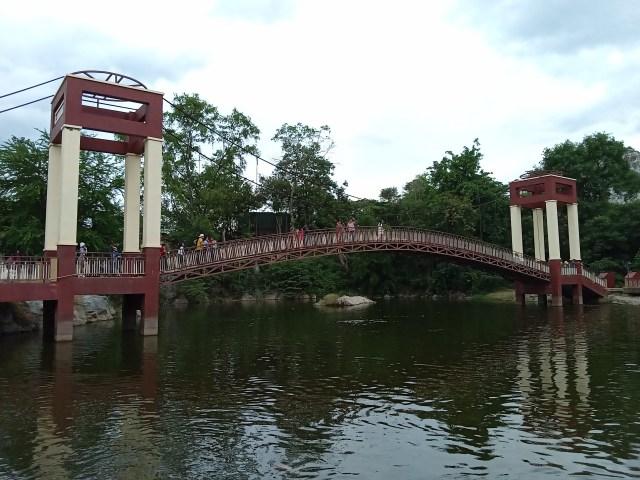 สะพานข้างทะเลสาบ