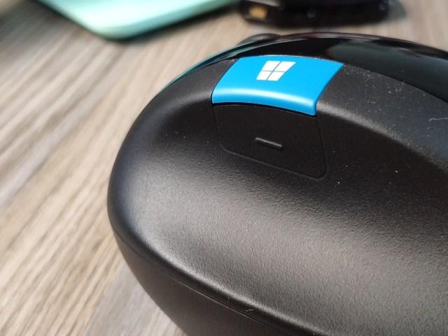 ภาพแสดงตำแหน่งของปุ่ม Back บนตัว Microsoft Sculpt Ergonomic Mouse