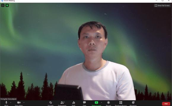 ภาพหน้าจอโปรแกรม Zoom Meeting ที่แสดงภาพวิดีโอจากแอป iVCam แต่มีการเปลี่ยนแบ็กกราวด์เป็นแสงเหนือด้วยฟีเจอร์ของ Zoom Meeting