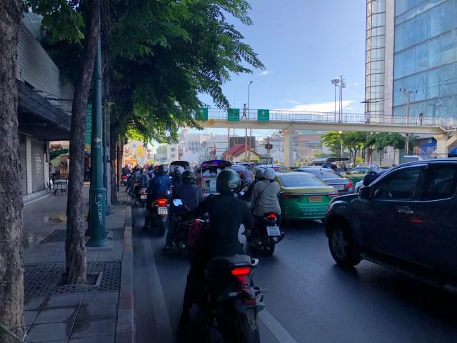 สภาพการจราจรบนท้องถนนที่ติดขัดมาก แม้กระทั่งมอเตอร์ไซค์ที่อยู่บนเลนจักรยานก็ยังไม่สามารถวิ่งได้