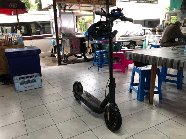 สกู๊ตเตอร์ไฟฟ้า Ninebot Kickscooter MAX จอดอยู่ในร่ม บริเวณที่เป็นโซนร้านอาหารใกล้ๆ สน.พระราชวัง