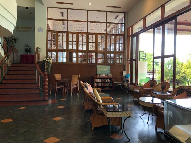 ด้านในล็อบบี้ของโรงแรม ในส่วนมุมนั่งพักผ่อนของแขกที่มาพัก มองไกลๆ เห็นห้องอาหารด้วย