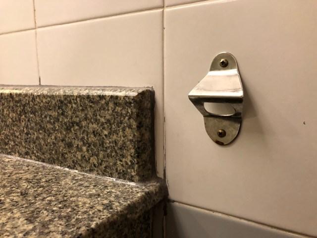 ที่เปิดขวดฝาเบียร์ภายในห้องน้ำ