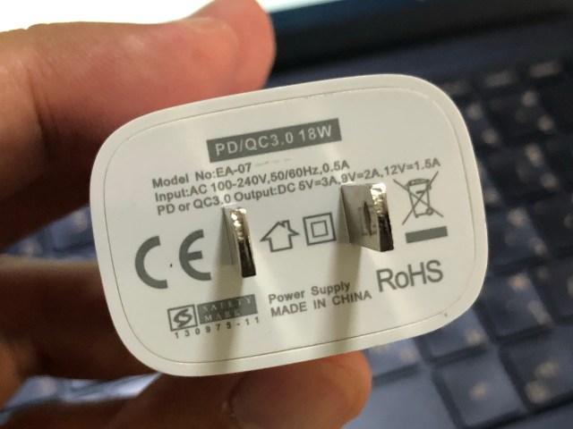 ด้านใต้ของที่ชาร์จ Enyx PD 18W + QC 3.0 Charger มีสเปกระบุอยู่