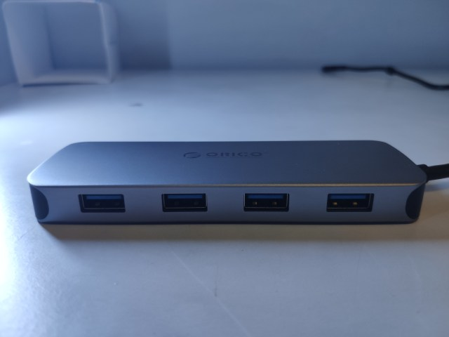 ด้านหนึ่งของ Orico USB-C 11-in-1 Multifunctional Adapter เป็นพอร์ต USB-A 4 พอร์ต