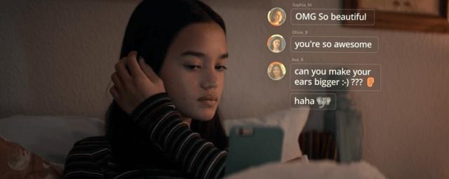 เด็กหญิงวัยมัธยมต้นชาวอเมริกันกำลังเช็กคอมเมนต์ของโพสต์ที่เธอโพสต์ไป มีคอมเมนต์นึงพูดถึงหูที่กางของเธอ เธอจึงเอามือจับที่ใบหู