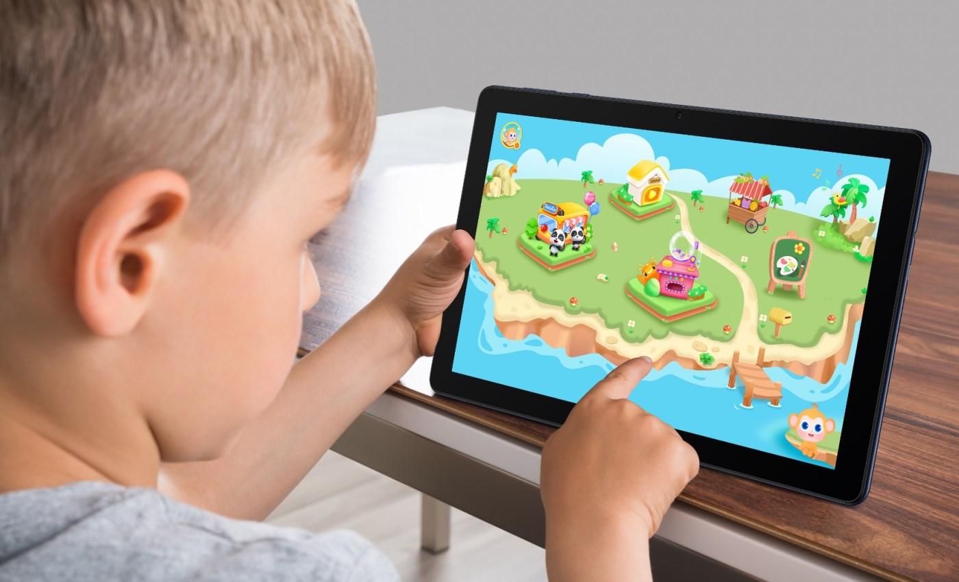 เด็กชาวต่างชาติกำลังเล่น Kid's Corner ของ Huawei MatePad T10 อยู่