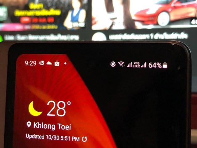 ภาพระยะใกล้ของด้านบนหน้าจอ Cover display ของ Samsung Galaxy Z Fold 2 แบ็กกราวด์สีดำทำให้มองแทบไม่เห็นกล้องหน้า
