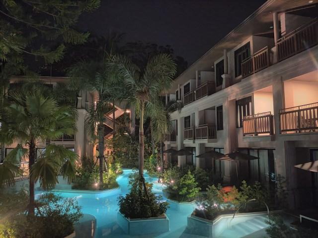 ภาพวิวกลางคืนของอาคารห้องพักในโรงแรม La Flora ตอนช่วงดึกๆ เห็นวิวสระน้ำ และห้องพักในโซน Seaside Pool Access