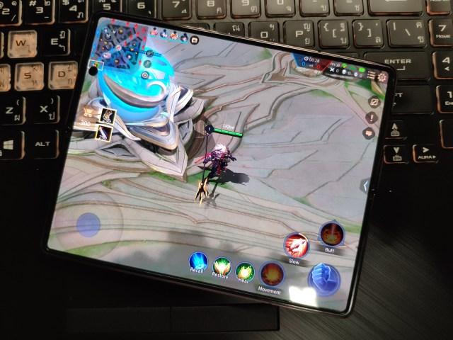 เล่นเกม ROV ด้วยหน้าจอหลักของ Samsung Galaxy Z Fold 2