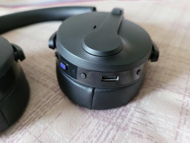 หูฟังด้านขวาของ EPOS Sennheiser ADAPT 560 มีปุ่มควบคุมต่างๆ และพอร์ต USB-C สำหรับชาร์จ