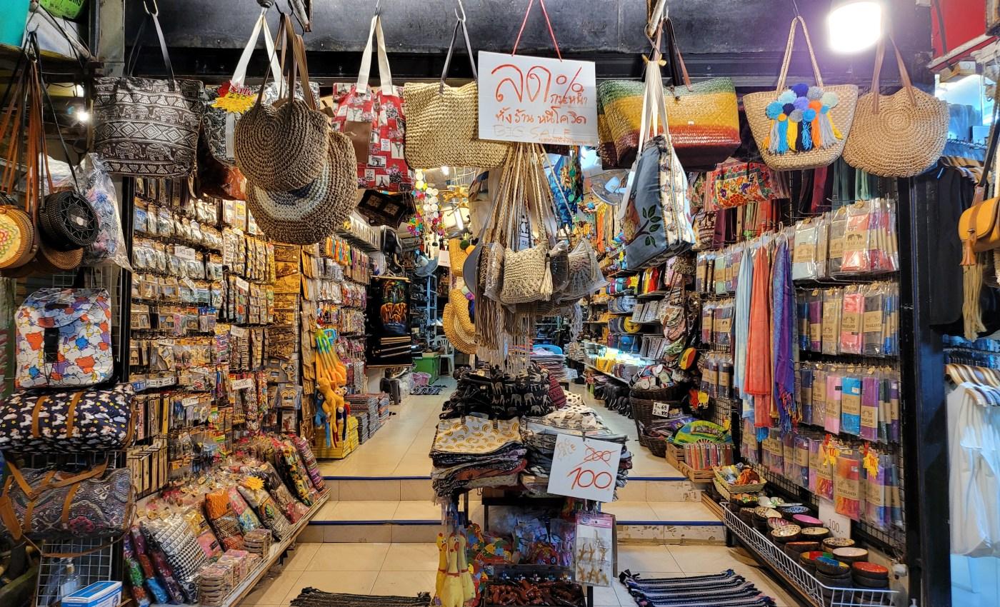 ร้านขายของที่ระลึกแห่งหนึ่งในอ่าวนาง แม้จะเปิด แต่ก็ต้องปิดป้ายลดราคาเพื่อเรียกลูกค้า
