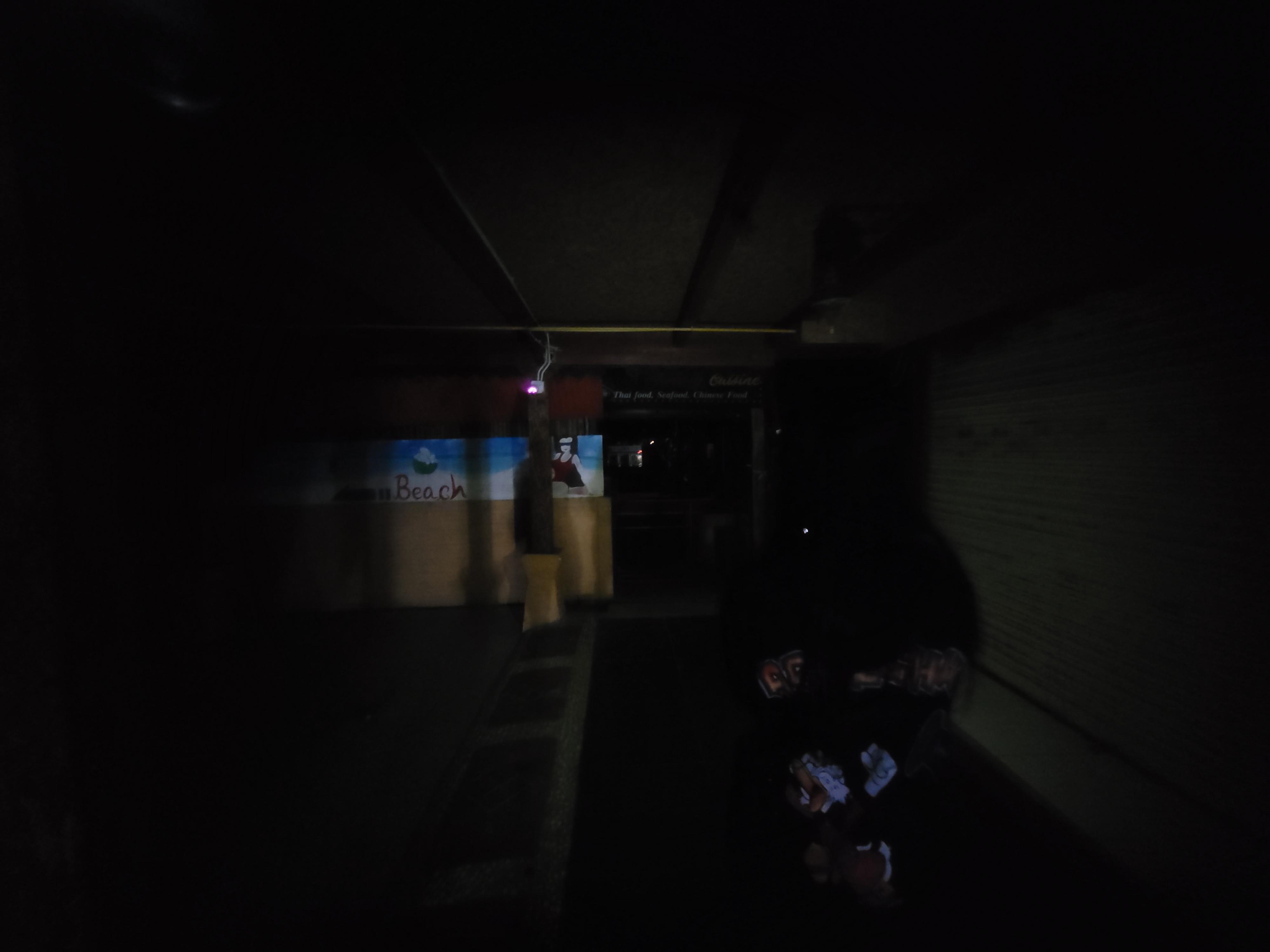 ตรงปลายทางของโซนร้านค้า มืดมากจนต้องใช้ไฟฉายจากมือถือส่องนำทาง